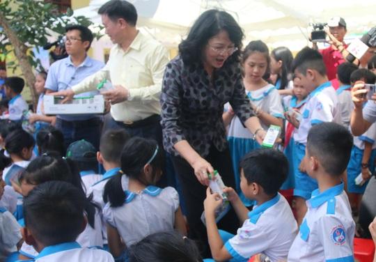Phó Chủ tịch nước đem niềm vui cho trẻ em Quảng Nam nhân ngày Tết thiếu nhi - Ảnh 6.