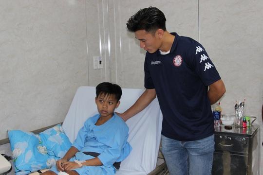 Thủ môn Bùi Tiến Dũng thăm học sinh trường THCS Bạch Đằng sau sự cố cây phượng ngã đổ - Ảnh 2.
