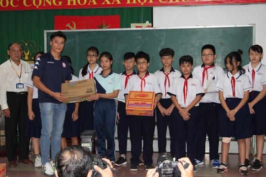 Thủ môn Bùi Tiến Dũng thăm học sinh trường THCS Bạch Đằng sau sự cố cây phượng ngã đổ - Ảnh 3.