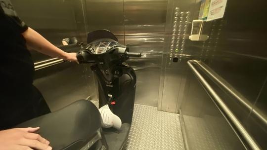 Bi hài chuyện phải mang xe máy lên căn hộ cao cấp vì sợ mất trộm - Ảnh 3.