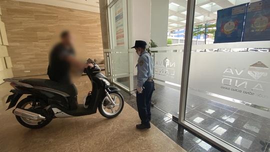 Bi hài chuyện phải mang xe máy lên căn hộ cao cấp vì sợ mất trộm - Ảnh 1.
