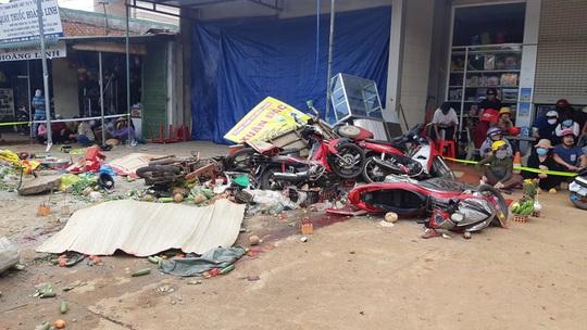 CLIP: Khoảnh khắc kinh hoàng xe tải lao vào chợ làm 5 người chết, 5 bị thương - Ảnh 1.