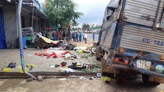 CLIP: Khoảnh khắc kinh hoàng xe tải lao vào chợ làm 5 người chết, 5 bị thương - Ảnh 7.
