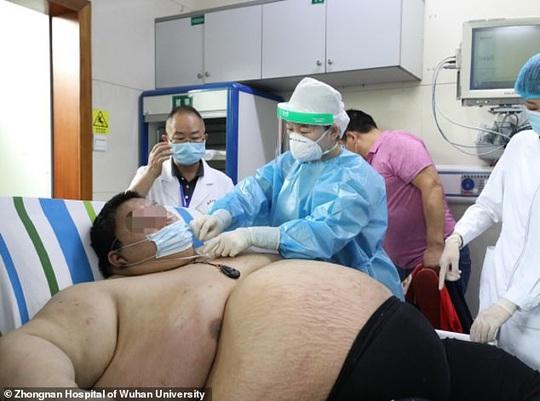 Thanh niên Trung Quốc cấp cứu do tăng 100 kg trong 5 tháng trốn dịch - Ảnh 2.