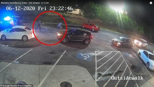Cảnh sát Mỹ bắn chết một người da màu, cảnh sát trưởng từ chức - Ảnh 3.