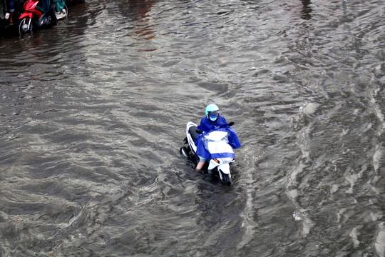 Vạn người đang bất lực trong kẹt xe, ngập nước cửa ngõ phía Đông TP HCM - Ảnh 9.