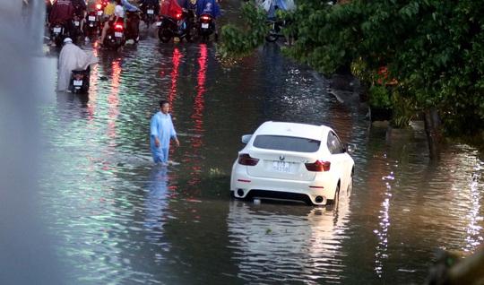 Vạn người đang bất lực trong kẹt xe, ngập nước cửa ngõ phía Đông TP HCM - Ảnh 10.