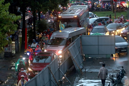 Vạn người đang bất lực trong kẹt xe, ngập nước cửa ngõ phía Đông TP HCM - Ảnh 11.
