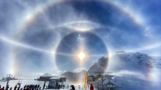 Cận cảnh những hào quang lạ quanh mặt trời, mặt trăng khắp thế giới - Ảnh 4.