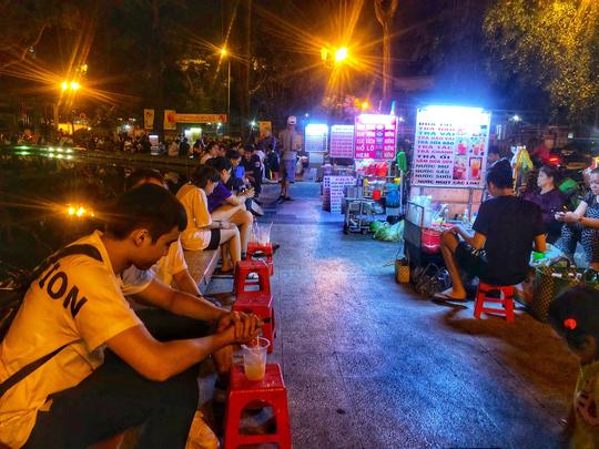 Ăn vặt xuyên đêm ở hồ Con Rùa - Ảnh 2.
