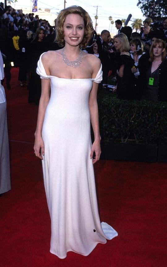 Thời trang Angelina Jolie qua hai thập niên - Ảnh 2.