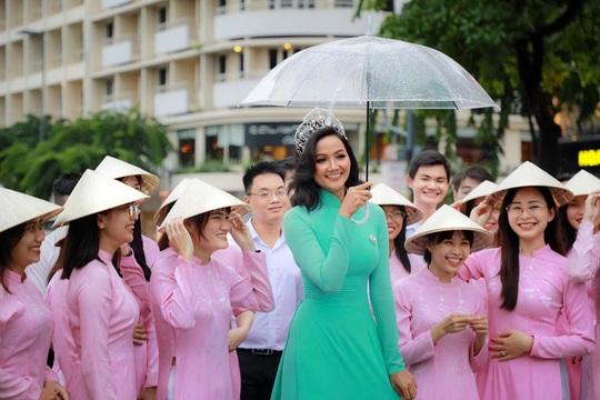 Hoa hậu H'Hen Niê mặc áo dài, đi chân trần quảng bá du lịch TP HCM - Ảnh 5.
