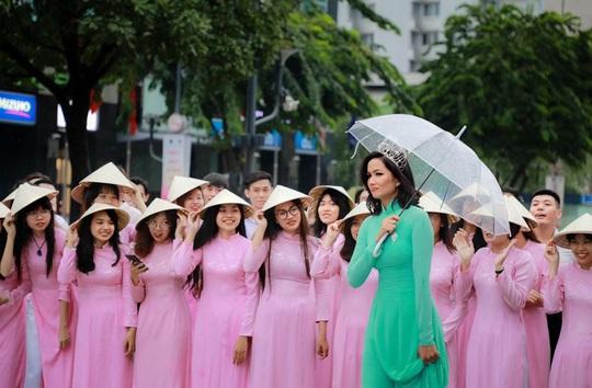 Hoa hậu H'Hen Niê mặc áo dài, đi chân trần quảng bá du lịch TP HCM - Ảnh 7.