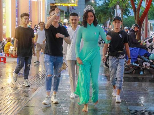 Hoa hậu H'Hen Niê mặc áo dài, đi chân trần quảng bá du lịch TP HCM - Ảnh 2.