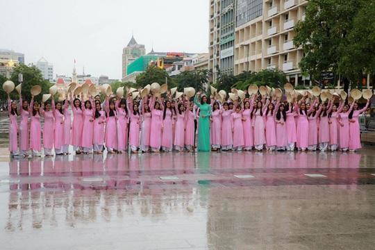 Hoa hậu H'Hen Niê mặc áo dài, đi chân trần quảng bá du lịch TP HCM - Ảnh 9.