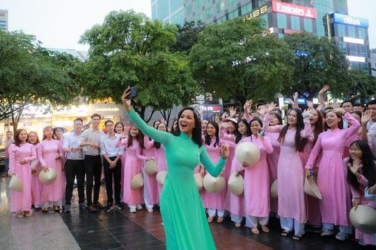 Hoa hậu H'Hen Niê mặc áo dài, đi chân trần quảng bá du lịch TP HCM - Ảnh 6.
