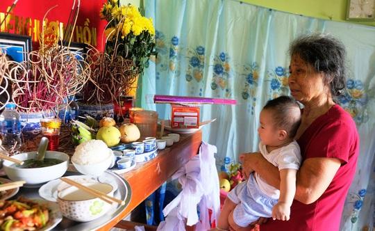 Trao quà bạn đọc của Báo Người Lao Động tới bé trai 5 tháng tuổi mất cả bố mẹ và anh trai - Ảnh 2.