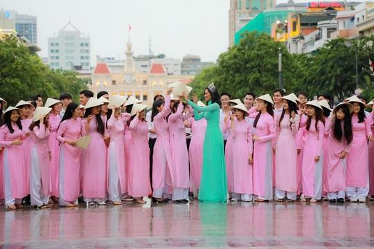 Hoa hậu H'Hen Niê mặc áo dài, đi chân trần quảng bá du lịch TP HCM - Ảnh 8.