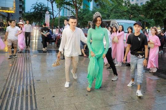 Hoa hậu H'Hen Niê mặc áo dài, đi chân trần quảng bá du lịch TP HCM - Ảnh 1.