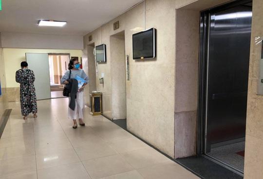 Người đàn ông nghi dâm ô bé trai trong thang máy ở chung cư 25 Lạc Trung - Ảnh 1.