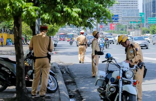 CSGT Hà Nội xử lý tình trạng xe khách tạt đầu, chạy rùa bò đón khách - Ảnh 2.
