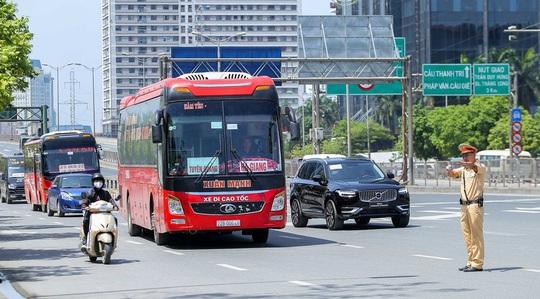 CSGT Hà Nội xử lý tình trạng xe khách tạt đầu, chạy rùa bò đón khách - Ảnh 3.