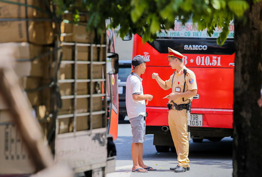 CSGT Hà Nội xử lý tình trạng xe khách tạt đầu, chạy rùa bò đón khách - Ảnh 9.