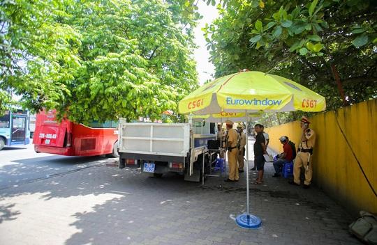 CSGT Hà Nội xử lý tình trạng xe khách tạt đầu, chạy rùa bò đón khách - Ảnh 10.