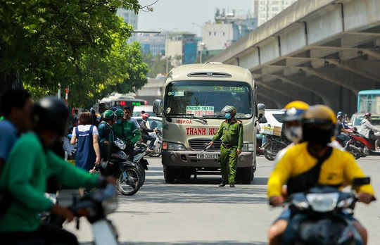 CSGT Hà Nội xử lý tình trạng xe khách tạt đầu, chạy rùa bò đón khách - Ảnh 11.
