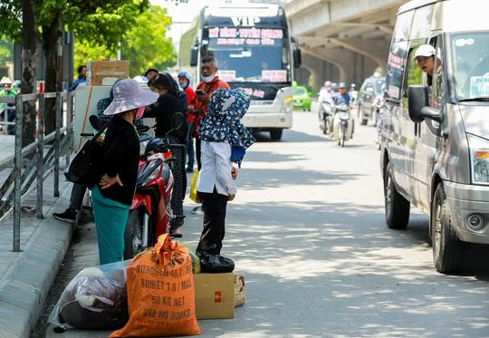 CSGT Hà Nội xử lý tình trạng xe khách tạt đầu, chạy rùa bò đón khách - Ảnh 13.