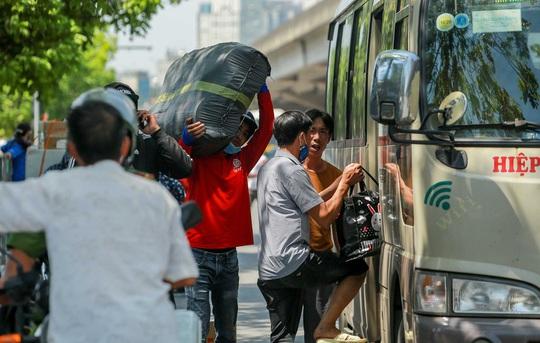 CSGT Hà Nội xử lý tình trạng xe khách tạt đầu, chạy rùa bò đón khách - Ảnh 14.