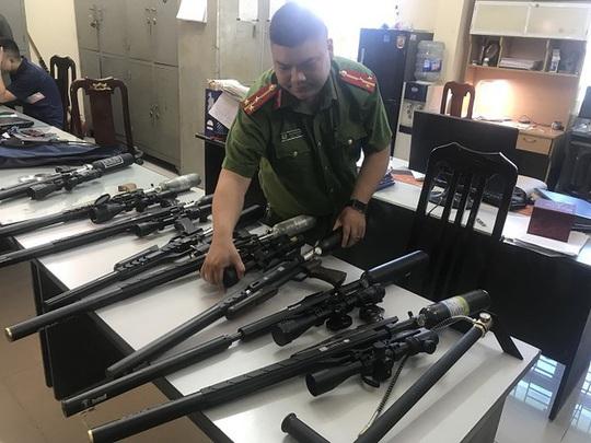 Đường dây nhập lậu hàng trăm linh kiện súng săn từ Trung Quốc - Ảnh 1.