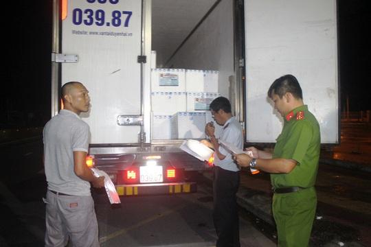 CLIP: Bắt 2 xe tải chở hàng trăm ngàn con tôm giống không rõ nguồn gốc - Ảnh 2.