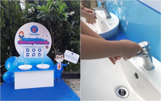 Viglacera lắp đặt miễn phí 10 trạm rửa tay kháng khuẩn tại các trường tiểu học - Ảnh 2.