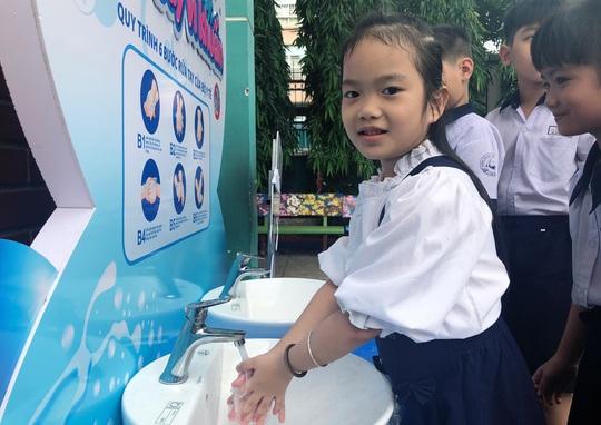 Viglacera lắp đặt miễn phí 10 trạm rửa tay kháng khuẩn tại các trường tiểu học - Ảnh 1.