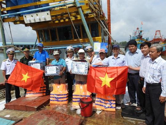 Vùng 2 Hải quân đồng hành cùng ngư dân vươn khơi bám biển - Ảnh 1.