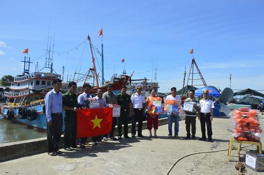Vùng 2 Hải quân đồng hành cùng ngư dân vươn khơi bám biển - Ảnh 4.
