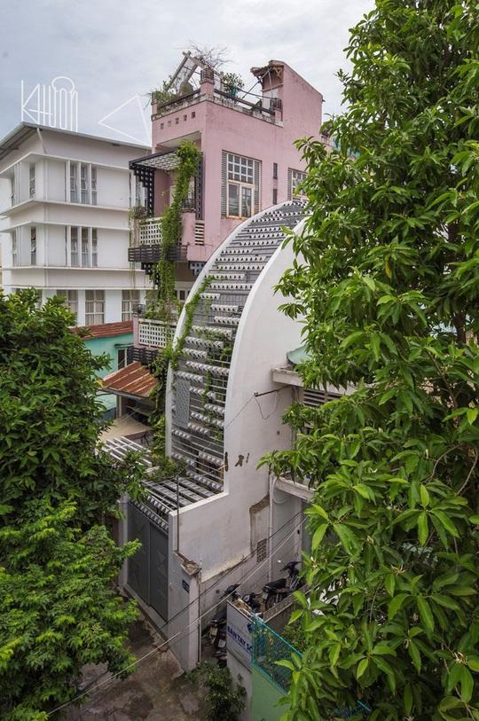 Ngắm ngôi nhà cong độc đáo giữa Sài Gòn - Ảnh 1.