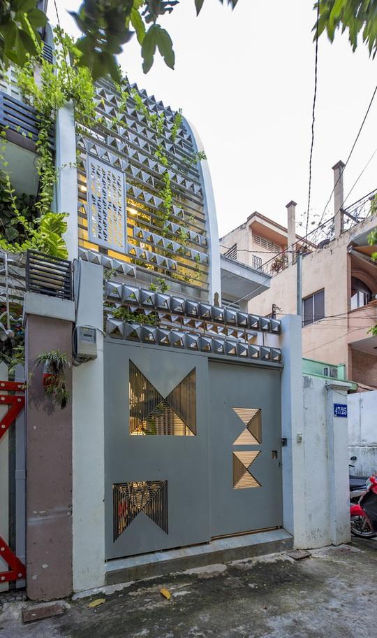 Ngắm ngôi nhà cong độc đáo giữa Sài Gòn - Ảnh 2.