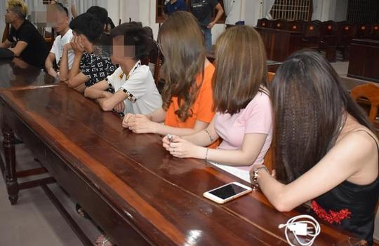 Phát hiện 2 học sinh và 28 nam nữ dương tính ma túy trong quán karaoke - Ảnh 1.