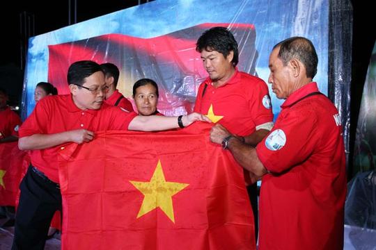 1.000 lá cờ Tổ quốc đến với ngư dân Trà Vinh - Ảnh 2.