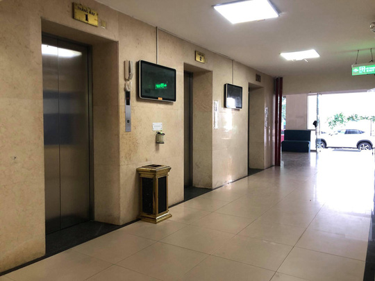 Khởi tố người đàn ông 65 tuổi dâm ô bé trai trong thang máy - Ảnh 1.