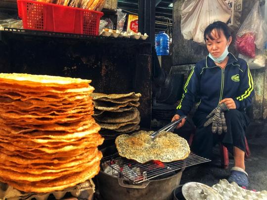 Ăn đã thèm đặc sản miền Trung ở chợ Bà Hoa - Ảnh 2.
