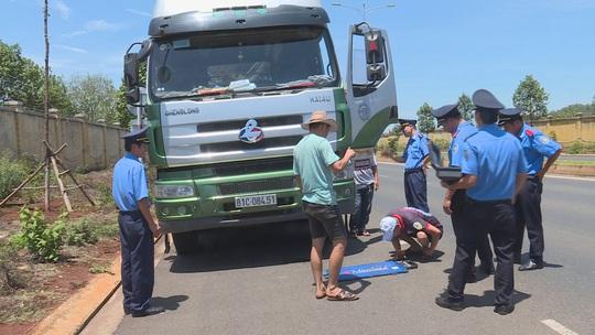 Đang làm việc, Thanh tra giao thông bị nhóm người đến gây sự - Ảnh 1.