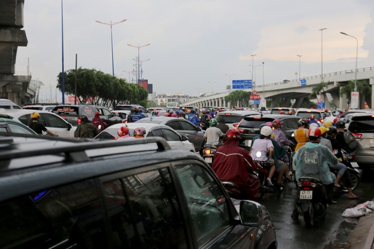 TP HCM: Ngập nước lại kẹt xe, hàng ngàn người bơ phờ - Ảnh 5.