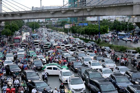 TP HCM: Ngập nước lại kẹt xe, hàng ngàn người bơ phờ - Ảnh 7.