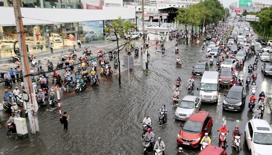 TP HCM: Ngập nước lại kẹt xe, hàng ngàn người bơ phờ - Ảnh 4.