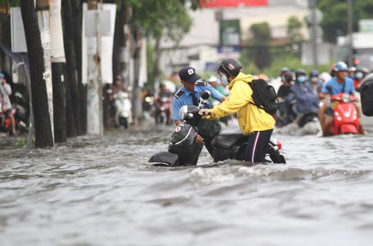 TP HCM: Đường Nguyễn Hữu Cảnh ngập kinh hãi, sóng cuồn cuộn - Ảnh 9.