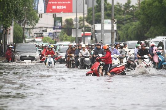 TP HCM: Đường Nguyễn Hữu Cảnh ngập kinh hãi, sóng cuồn cuộn - Ảnh 10.