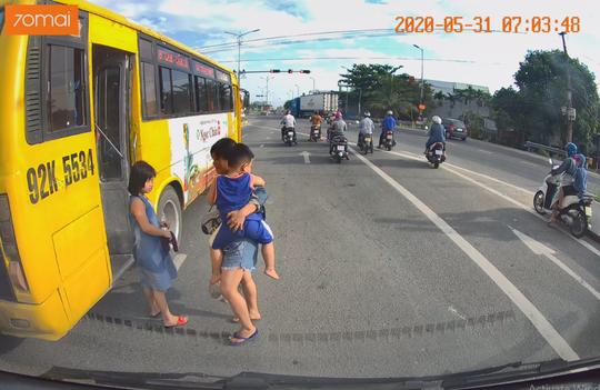 Tài xế xe buýt Tam Kỳ - Đà Nẵng coi thường tính mạng khách bị xử phạt - Ảnh 2.
